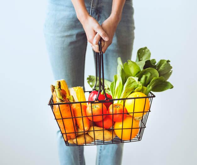 Compre frutas e verduras.