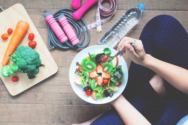 Alimentação com saladas e frutas.